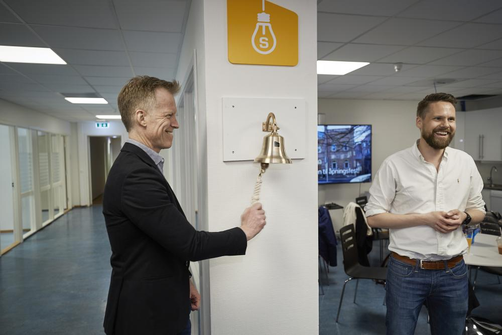 Left: Curt Rice rings the Garage sales bell. Right: Christian Bjerke. (Photo: Simula/Bård Gudim)