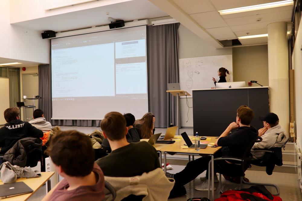 Elever fra Rosenvilde får opplæring i programmering