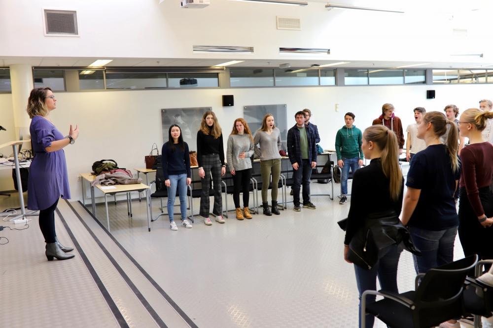Elever fra Valler får sangopplæring fra musikeren Ombeline Chardes