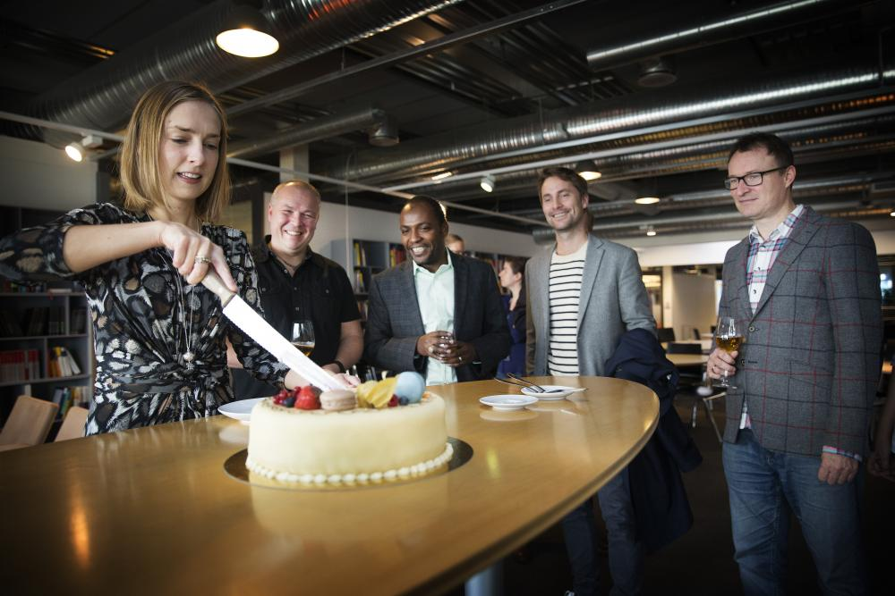 Iselin Nybø cutting cake for Leon Moonen, Ahmed Elmokashfi, Niels Nagelhus Schia and Chad Jarvis (Photo: Sverre Christian Jarild)