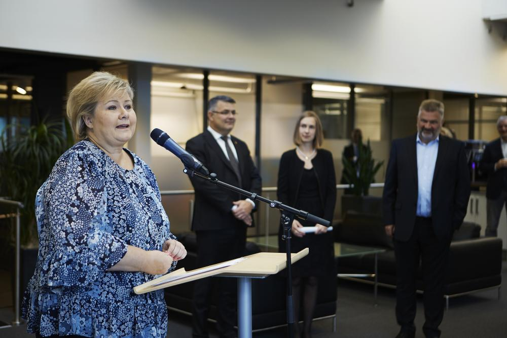 Prime Minister Erna Solberg giving her talk at Simula. Iselin Nybø, the Minister of Research and Higher Education, and Kjell-Børge Freiberg, the Minister of Petroleum and Energy, accompanied her. (Photo: Bård Gudim)