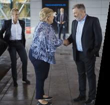 Simula's CEO Aslak Tveito greets Prime Minister Erna Solberg (Photo: Bård Gudim)