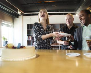 Iselin Nybø handing out cake to Leon Moonen and Ahmed Elmokashfi (Photo: Sverre Christian Jarild)