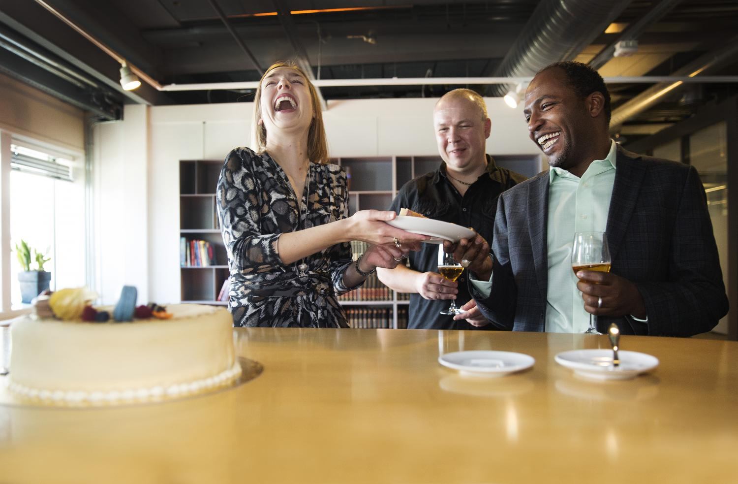 Iselin Nybø handing out cake to Leon Moonen and Ahmed Elmokashfi (Photo: Sverre Christian Jarild)