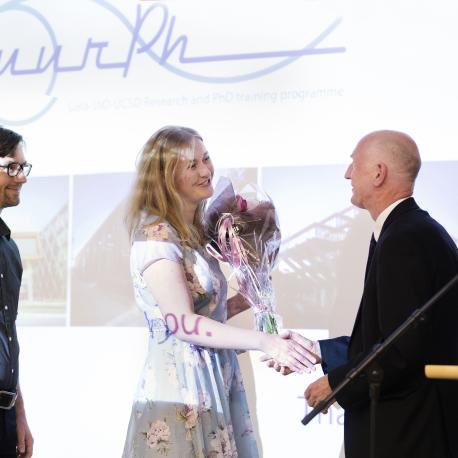 Secretary General Trond Fevolden of the Ministry of Research and Education honours the award winners Marie Rognes and Simon Funke. (Photo: Sverre Jarild)